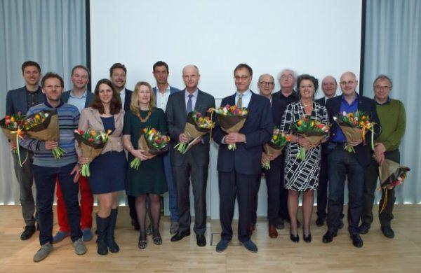 minister_blok_met_aan_zijn_linkerzijde_het_nieuwe_h-team_en_rechts_het_oude_joost_enkelaar_fotografie._